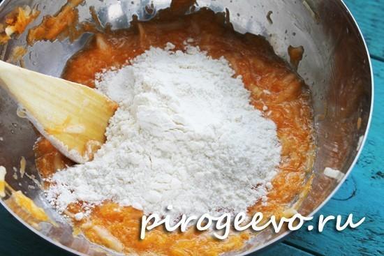 Просеиваем муку в тесто для оладьев