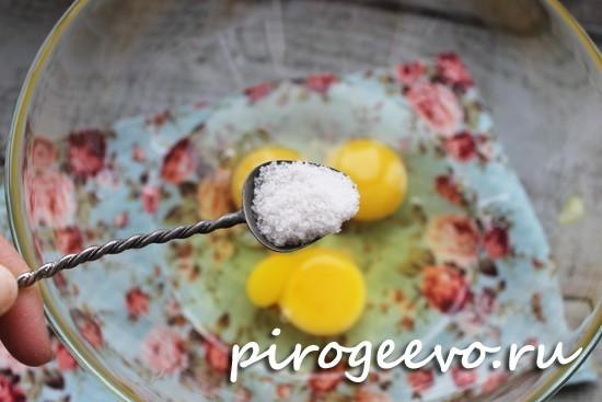 Разбиваем яйца в миску