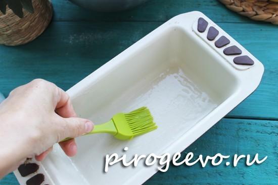 Смазываем формочку для выпекания