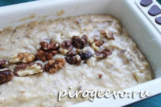 Тесто выливаем в форму и украшаем орехами