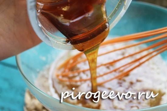 Добавляем гречишный мед в тесто для морковного коржа
