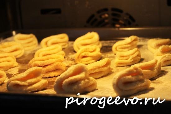 Творожное печенье треугольники выпекается в духовке