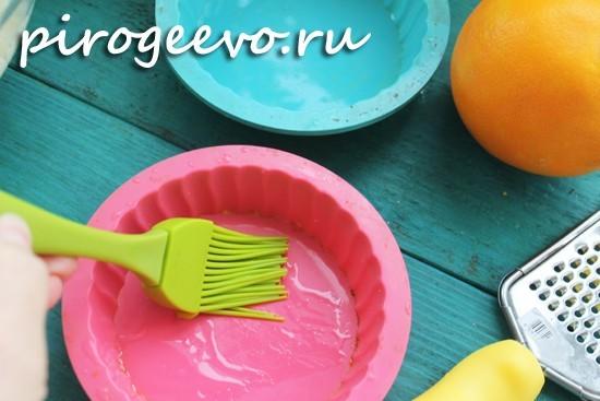 Смазываем силиконовые формочки растительным маслом