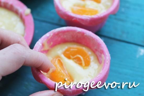 Дольки мандарина углубляем в тесто