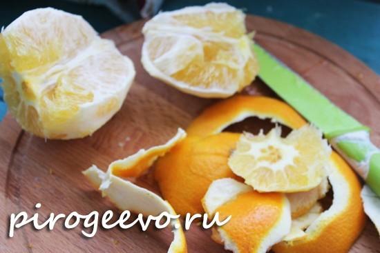 Освобождаем апельсины от корочек и цедры