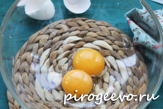 Яйца смешиваем с сахаром и солью