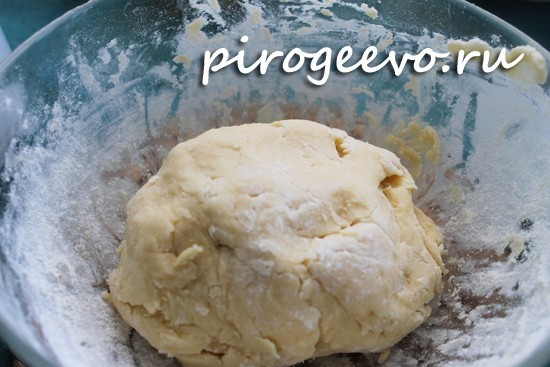 Песочное тесто для пирога с яблоками нужно как следует охладить в холодильнике