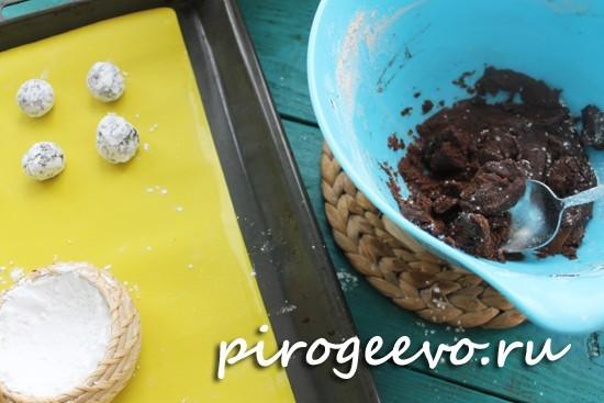 Выкладываем шоколадное печенье на противне на расстоянии друг от друга