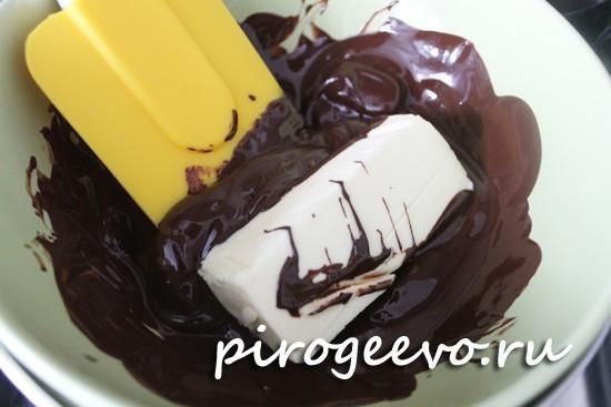 Добавляем кусочек масла в шоколад