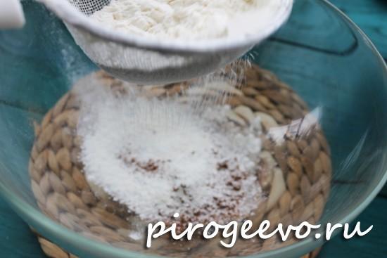 Муку смешиваем с ложкой какао и сахаром