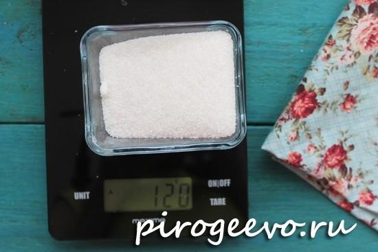 Отмеряем сахар на весах