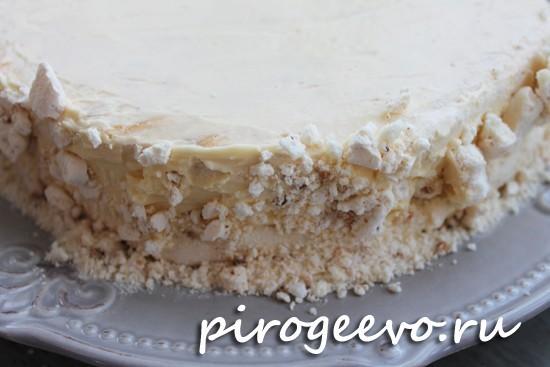 Покрываем бока торта крошкой