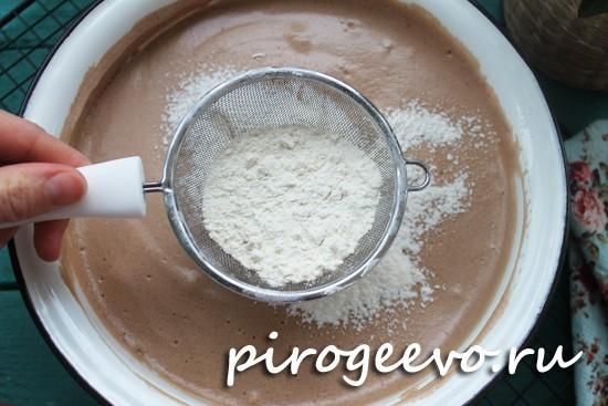 Просеиваем муку в шоколадную смесь