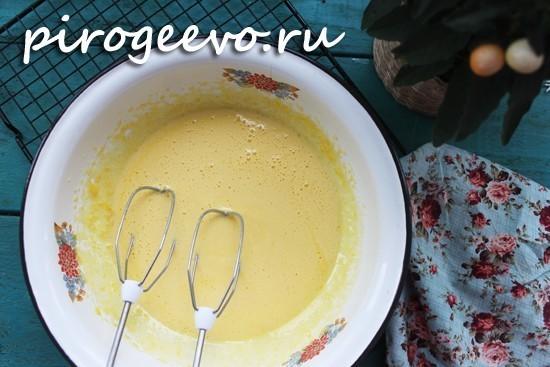 Взбиваем яйца с сахаром в светлую пену