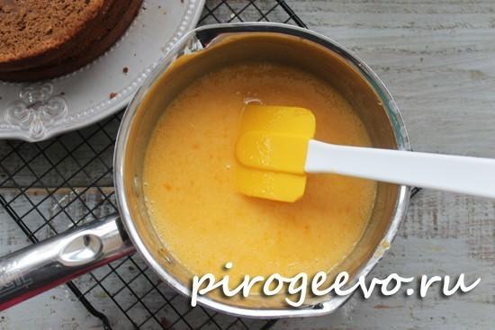 Отжимаем сок, смешиваем с сахаром и желтками