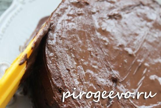 Покрываем шоколадной глазурью торт