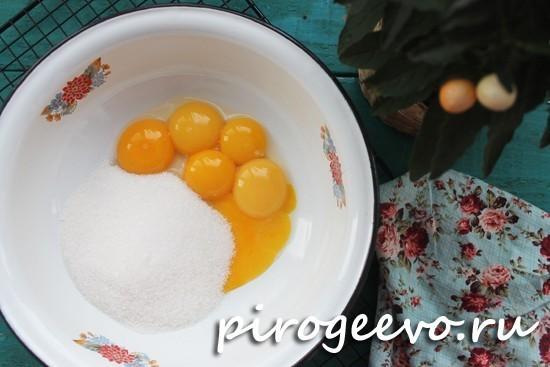 Яйца смешиваем с сахаром