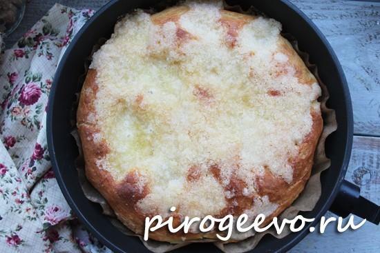 Румяный пирог на сухих дрожжах готов