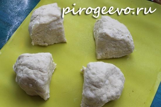 Слоеное тесто быстрого приготовления делим на четыре части