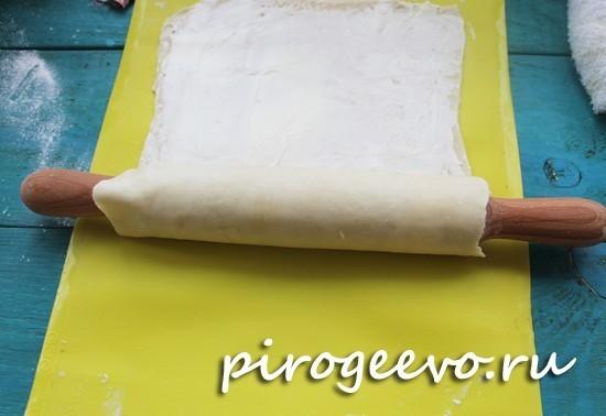 Наматываем тесто на скалку