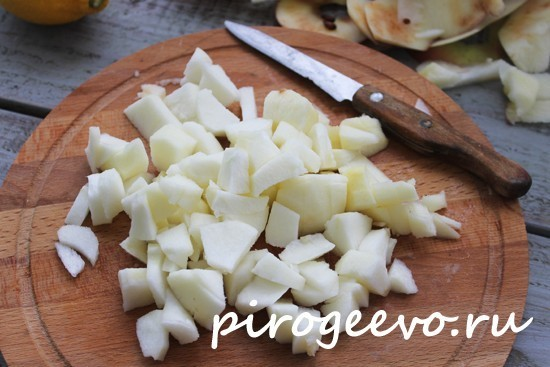 Яблоки почистить, порезать ломтиками