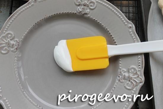 Кладем каплю крема на дно тарелки