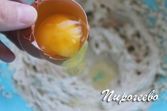 Вводим яйца в тесто по одному