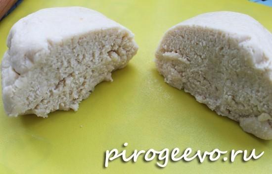 Охлажденное тесто делим на две части