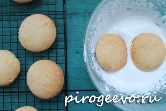 Обмакиваем печенье в белую глазурь