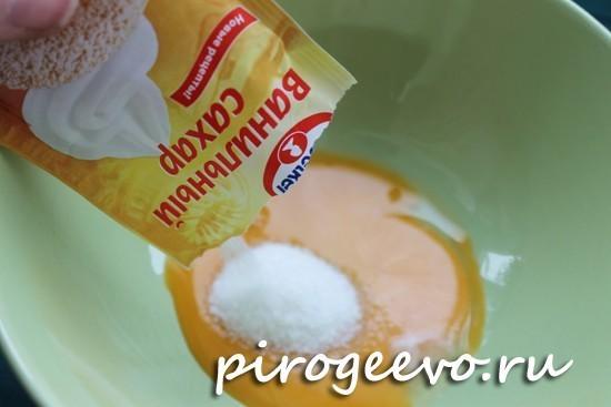 Разбиваем яйцо, добавляем сахар и ванильный сахар