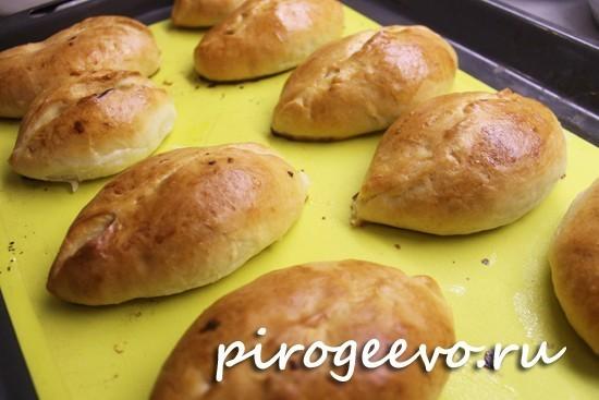 Пирожки с капустой можно смазать сливочным маслом