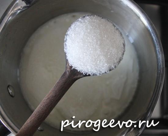 Добавляем сахар в кефирно-масляную смесь