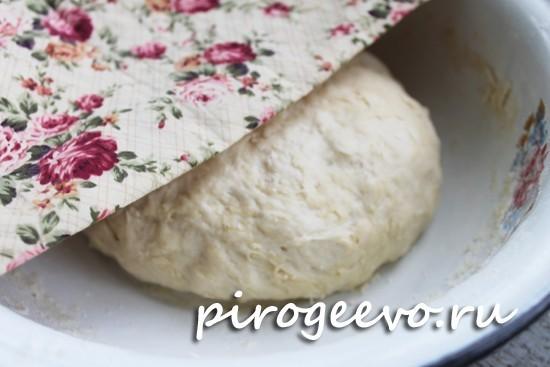 Накрываем дрожжевое тесто на пирожки с капустой полотенцем