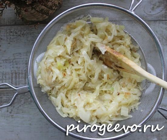 Перемешиваем капусту и жареный лук