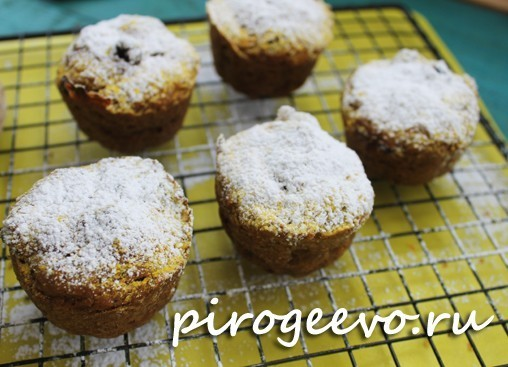 Кексы из тыквы можно присыпать сахарной пудрой через сито
