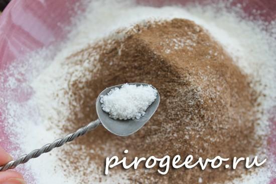Добавляем соль в муку