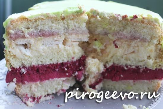 Разрез торта на ванильном бисквите