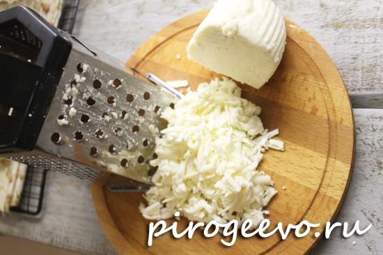 Натираем адыгейский сыр на средней терке