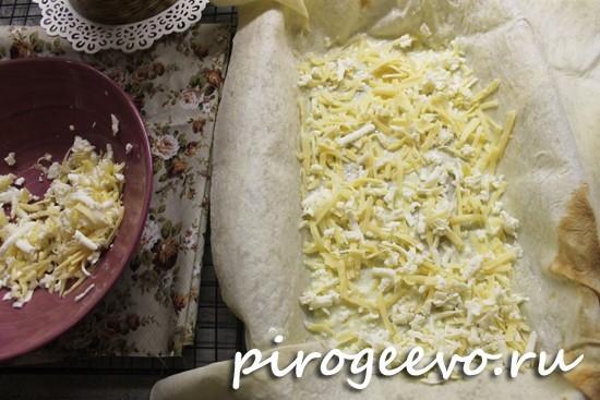Высыпаем смесь из натертого сыра