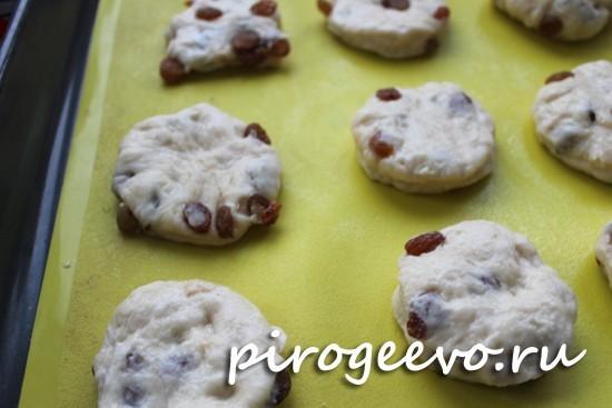 Выдавливаем стаканом круглое печенье