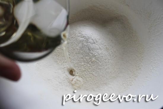 Растительное масло вливаем в тесто