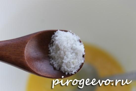 Соль соединяется с тестом для макового рулета