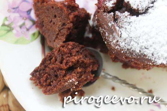 Структура постного шоколадного пирога с вишней