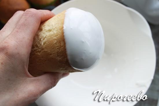 Окунаем сливочный кулич в белковую глазурь
