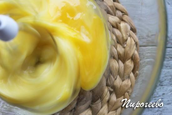 Взбиваем яичную смесь с помощью миксера