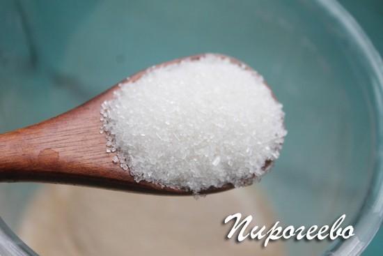 Чайная ложка сахара отправляется в тесто