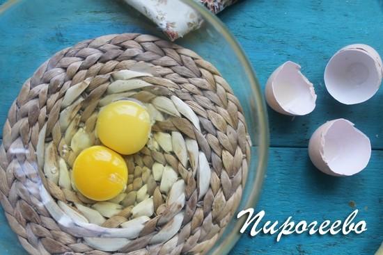 Два куриных яйца среднего размера разбиваем в миску
