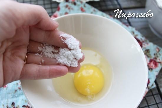 Разбиваем одно куриное яйцо