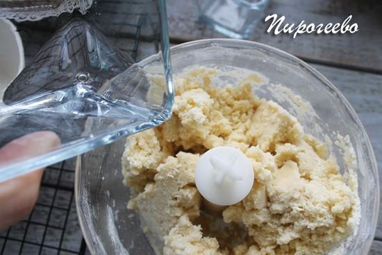 Добавляем немного ледяной воды в тесто