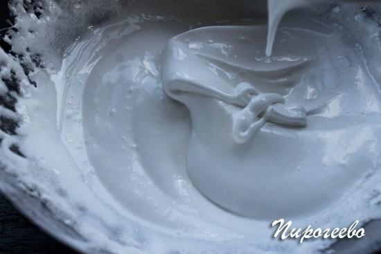 Когда сахар растворится, начинаем взбивать миксером